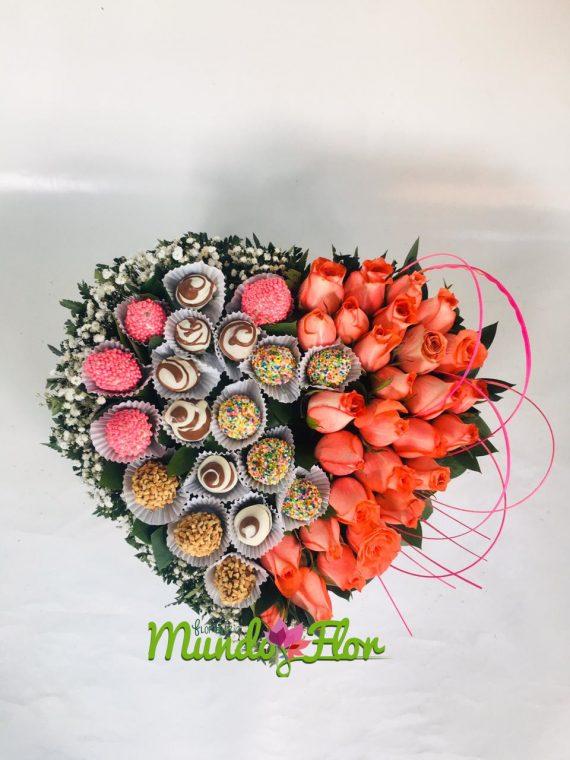 Corazon fresas y rosas
